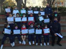 Los alumnos de 5 años del Colegio Esclavas reciben los diplomas de amigos mayores          mayores
